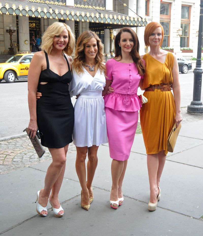 Ladies-of-sex-and-the-city-2-posing-for-photos-sept-09-882x1024
